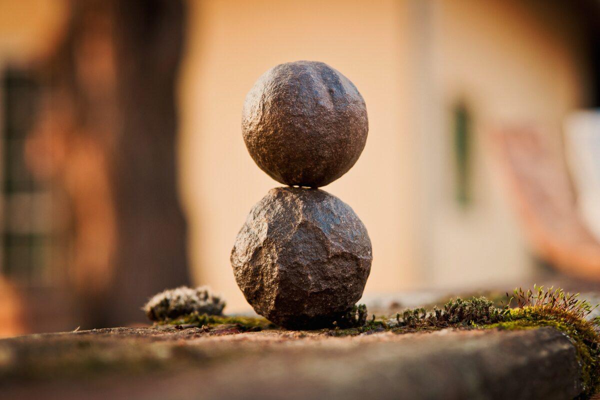 équilibre yoga du rire pierre